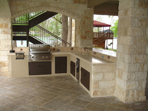 outdoor kitchen with tile