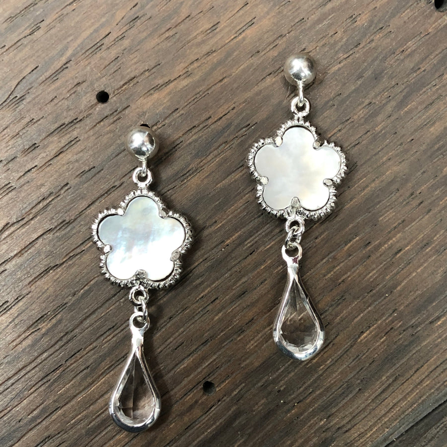 Mother-of-pearl flower earrings - silver