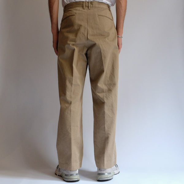 KHONOROGICA by KICS DOCUMENT. COTTON CHINO TUCK PANTS BEIGE