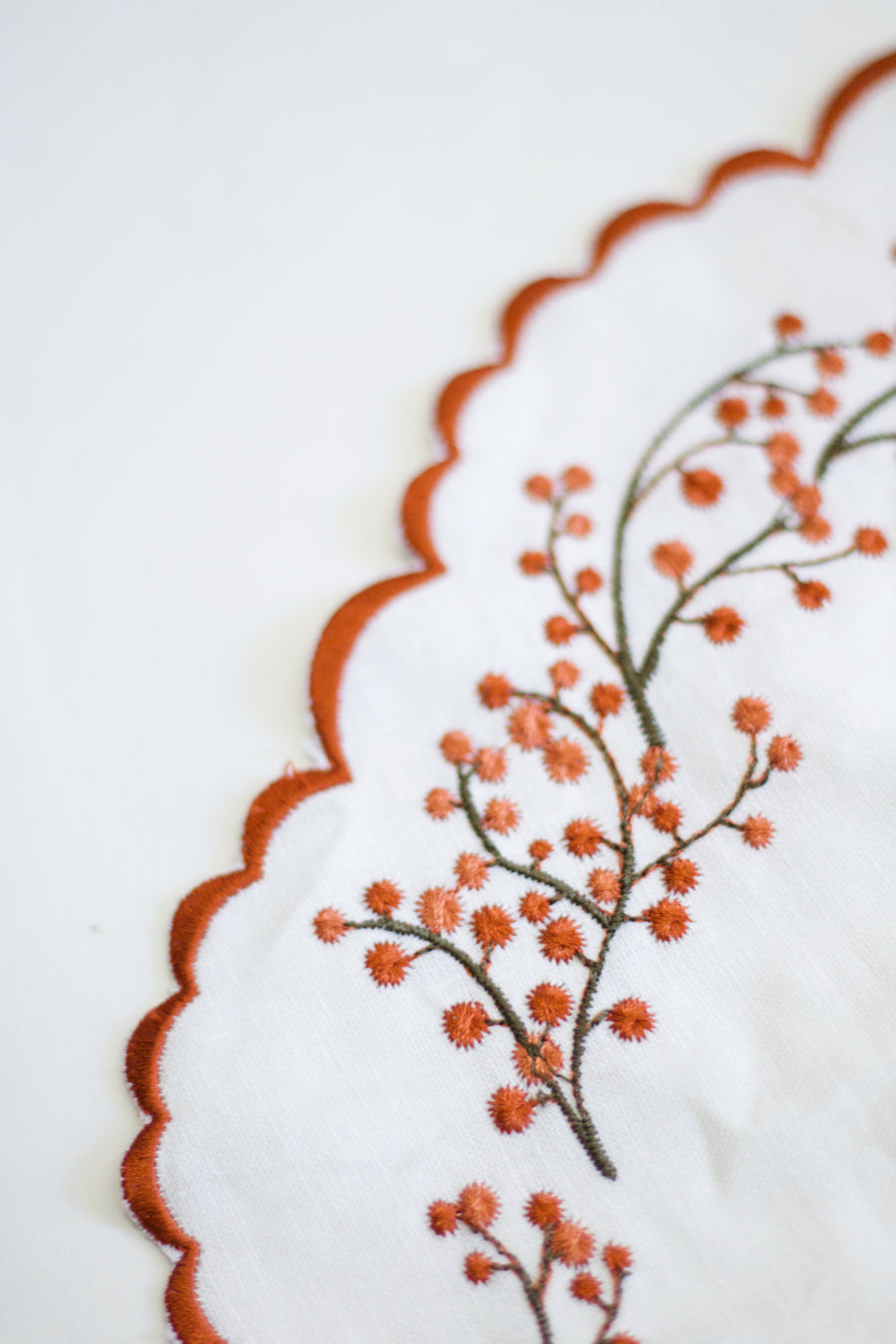 Scalloped Floral Placemat, White x Metallic Rust