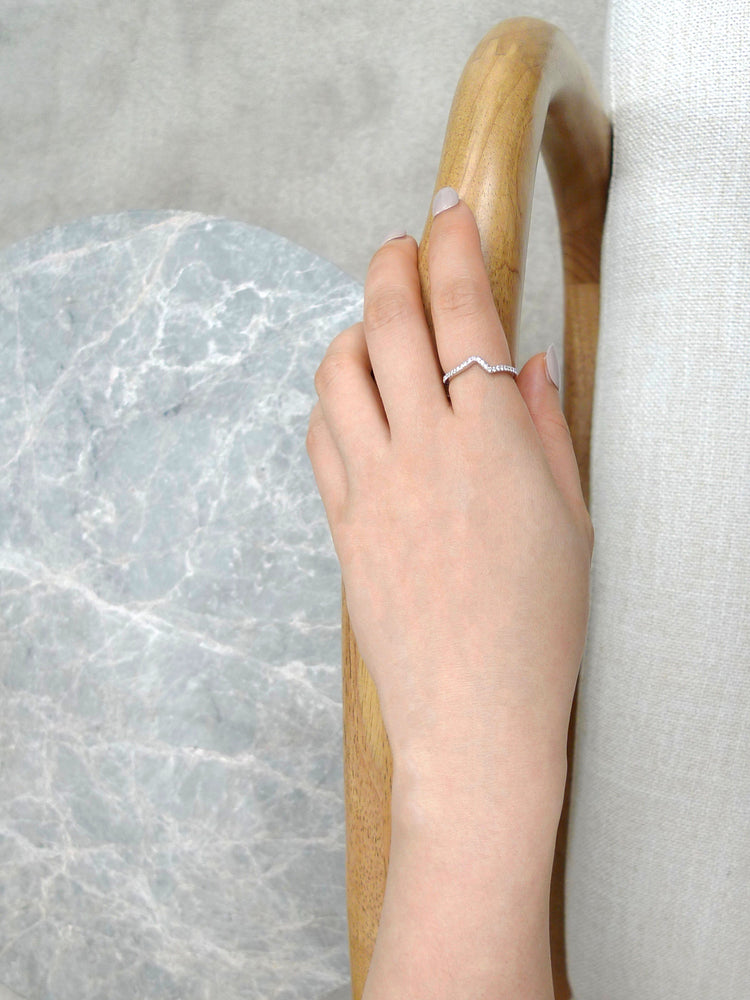 curve_diamond_wedding_band_white_gold_model_hand