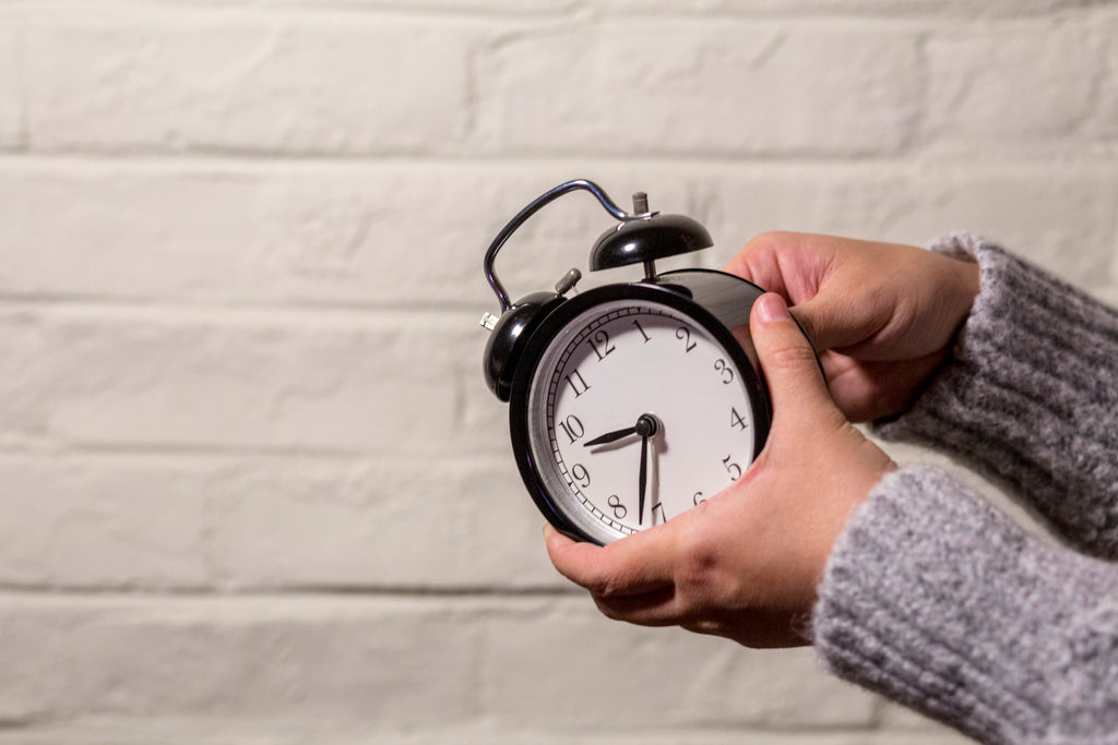 setting an alarm clock for a new sleep schedule