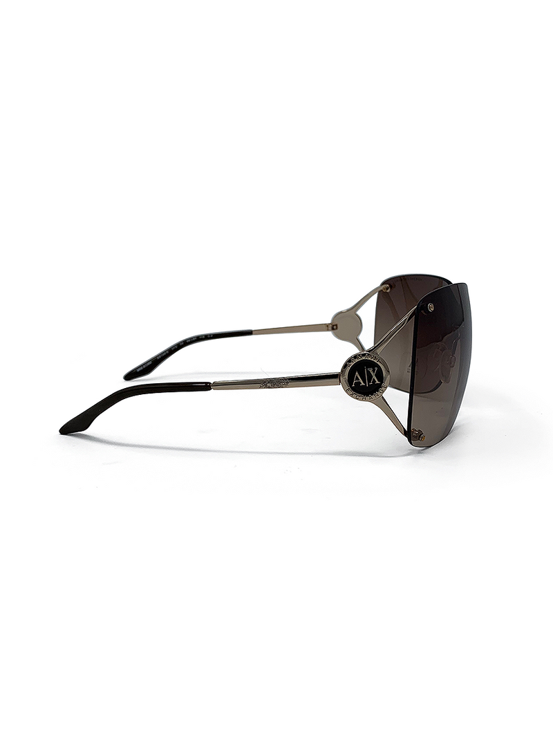 mirrored sunglasses with a modern look