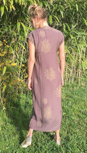 Laden Sie das Bild in den Galerie-Viewer, Dress Celina - Purple Gold back , cat shamour