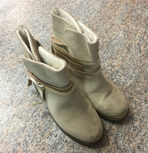JoyFolie tab suede gold ribbon boots sz 1 youth VGUC