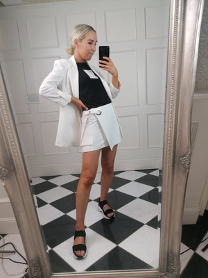 Utility skorts in off white with statement belt fastening and pocket flaps.  Featuring concealed zip up front and elasticated back.  Pair with matching blazer and killer heels for the complete look!
