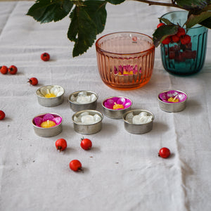 Adding some glitter to the day with these assorted glitter flower scented tea lights. The combination of white, pink and yellow with a dash of glitter powder creates joy and fun.