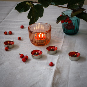 Diving into an autumn mood with Red poppy. Red poppies represent fun, quirkiness and creativity. Giving the red poppy tea light set to those friends would make them proud.