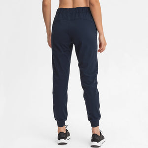 Keep yourself warm and mobile with these Loose Fit Pocket Drawstring Joggers in Midnight Blue. Featuring elasticated waistband with drawstring and loose fit silhouette, these athletic joggers can be worn alone or on top of leggings. Side pockets can store essentials like a phone or ID. Elasticated ribbed cuffs keep fabric in place and can be used to style different lengths. Perfect for in and out of the gym or studio, jogging, dancing and more.