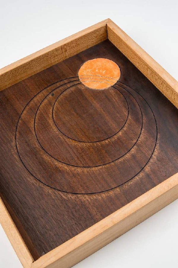 Squared wooden tray with a circular print