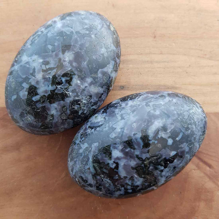 Indigo Gabbro Palm Stone (assorted. approx. 6.5x4.5x2.5cm)
