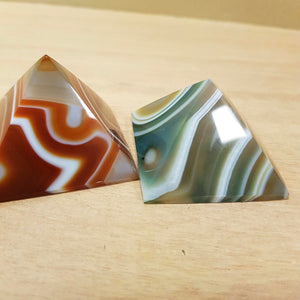 Agate Pyramid (dyed. assorted. approx. 4.5x4.5x3cm)