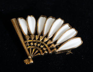 1949 Gold Plated UnSigned Trifari Fan Shaped Poured Glass Brooch Grand Very Formal