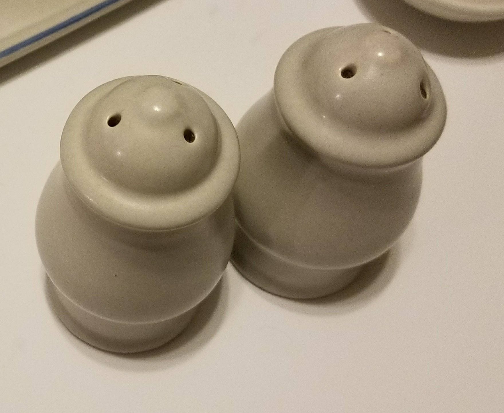 Vintage Discontinued Pfaltzgraff Yorktowne USA Salt and Pepper Set