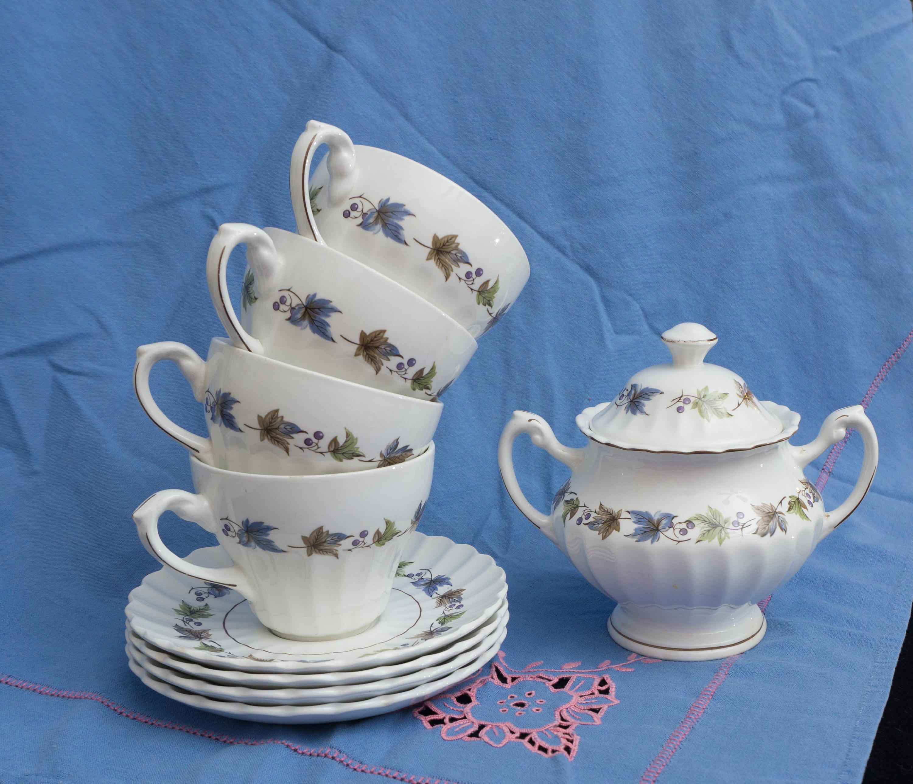 TEN Pieces Vintage J and G Meakin Leaves Sugar Bowl Creamer, 4 Cups and Saucers