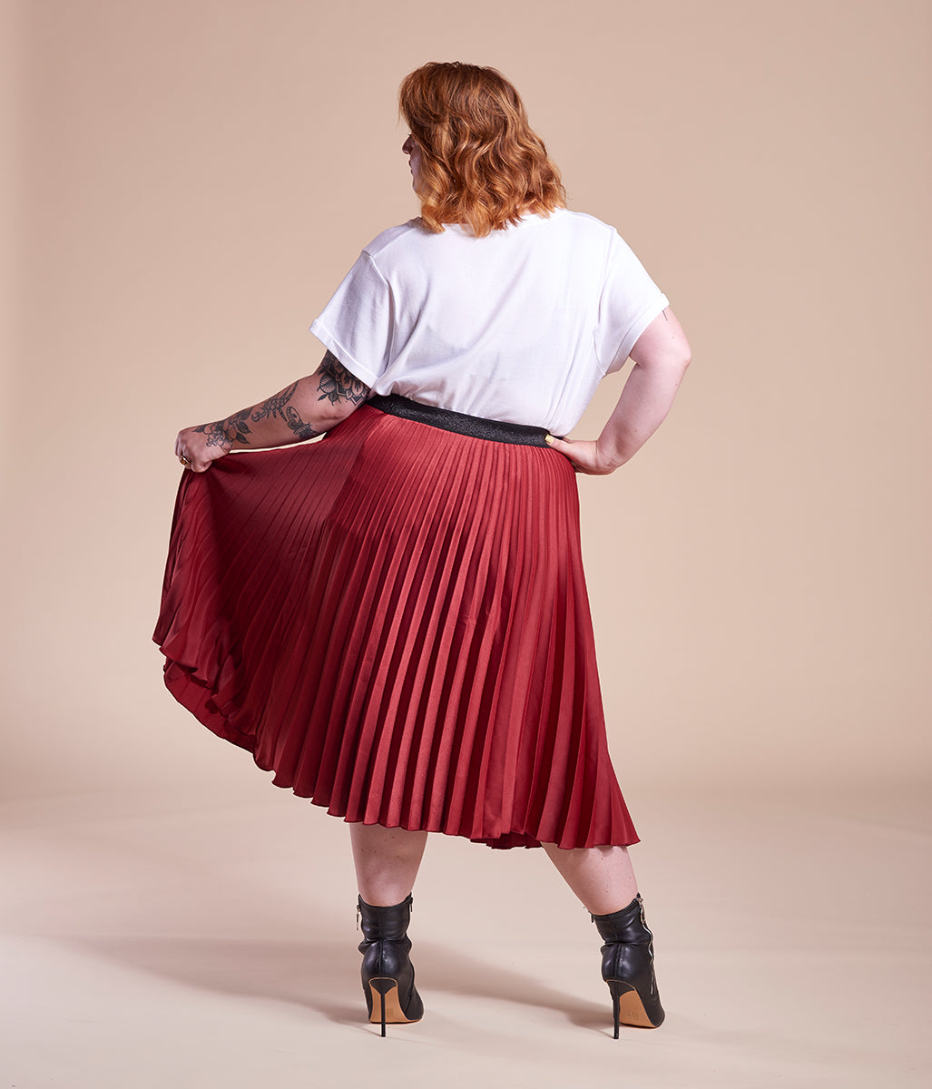 Laden Sie das Bild in den Galerie-Viewer, Favie Curvy Fashion A&LY Plissee-Rock rot Plus Size Rückansicht