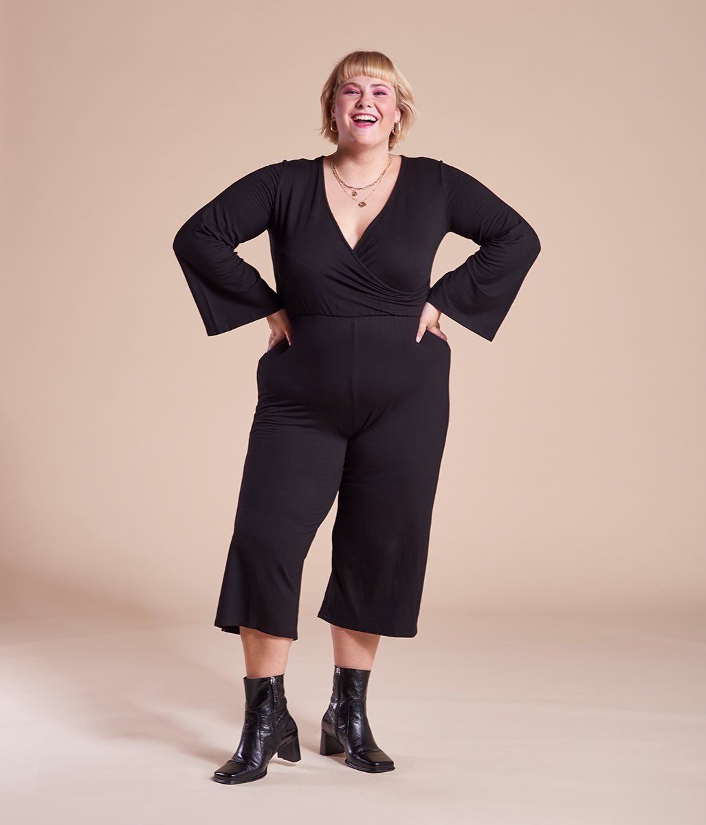 Laden Sie das Bild in den Galerie-Viewer, Favie Curvy Fashion Elvi Jumpsuit Wickeloptik schwarz Plus Size Vorderansicht