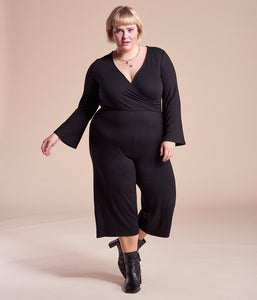 Favie Curvy Fashion Elvi Jumpsuit Wickeloptik schwarz Plus Size Vorderansicht