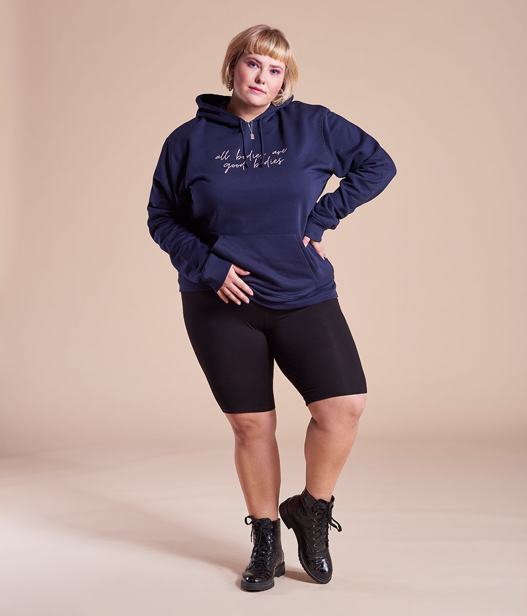 Laden Sie das Bild in den Galerie-Viewer, Favie Curvy Fashion nachhaltiger Hoodie Statement All Bodies blau Plus Size Vorderansicht