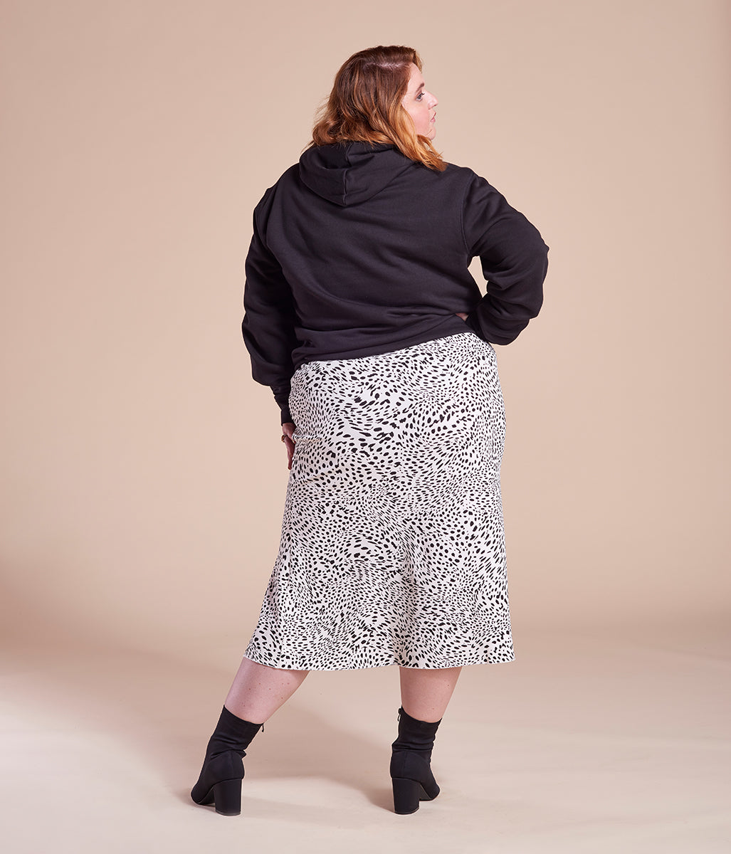 Laden Sie das Bild in den Galerie-Viewer, Favie Curvy Fashion nachhaltiger Hoodie Statement F**k Your Beauty Standards schwarz Plus Size Rückansicht