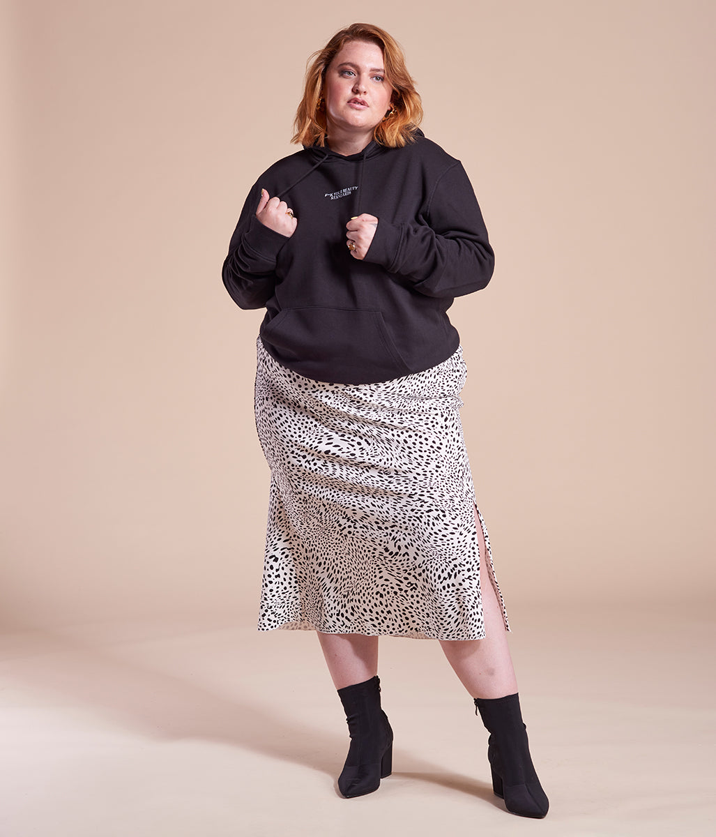 Laden Sie das Bild in den Galerie-Viewer, Favie Curvy Fashion nachhaltiger Hoodie Statement F**k Your Beauty Standards schwarz Plus Size Vorderansicht