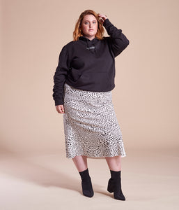 Favie Curvy Fashion nachhaltiger Hoodie Statement F**k Your Beauty Standards schwarz Plus Size Vorderansicht