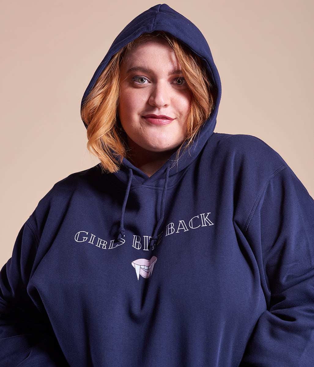 Laden Sie das Bild in den Galerie-Viewer, Favie Curvy Fashion nachhaltiger Hoodie Statement Girls Bite Back blau Plus Size Vorderansicht Kapuze