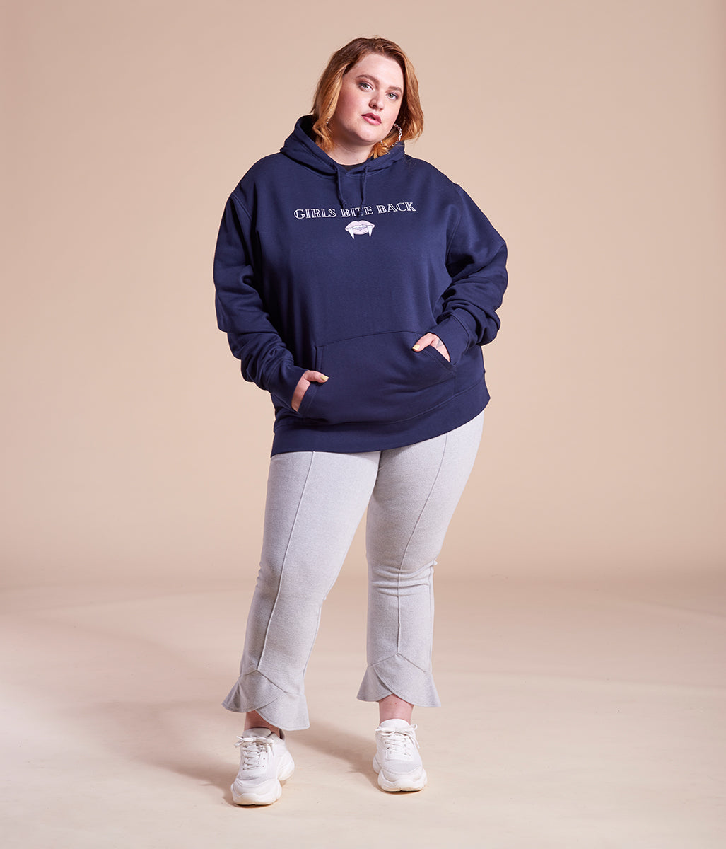 Laden Sie das Bild in den Galerie-Viewer, Favie Curvy Fashion nachhaltiger Hoodie Statement Girls Bite Back blau Plus Size Vorderansicht