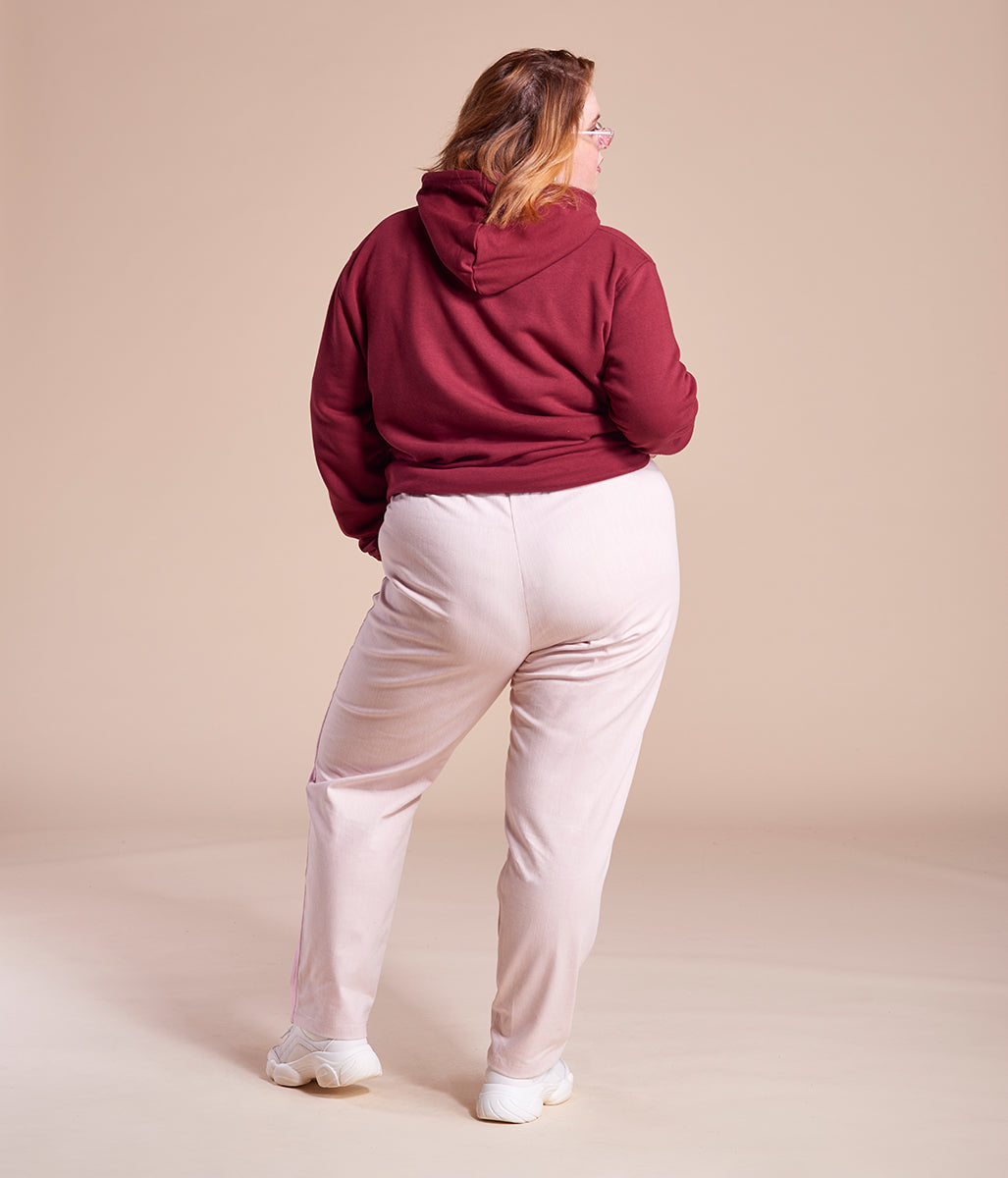 Laden Sie das Bild in den Galerie-Viewer, Favie Curvy Fashion Jogginghose Streifen rosa Plus Size Vorderansicht