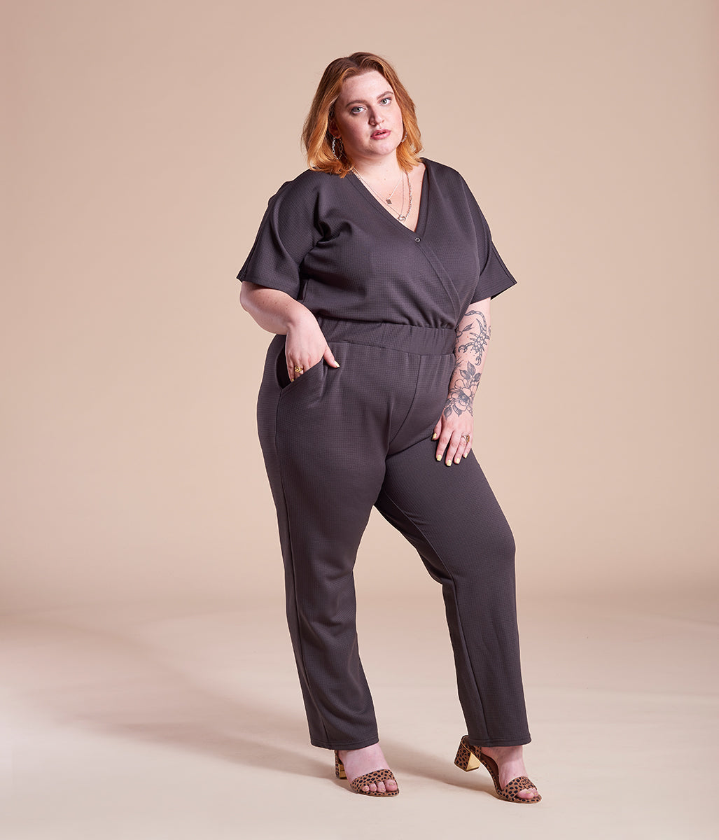 Laden Sie das Bild in den Galerie-Viewer, Favie Curvy Fashion Jumpsuite Wickel-Optik schwarz Plus Size Vorderansicht