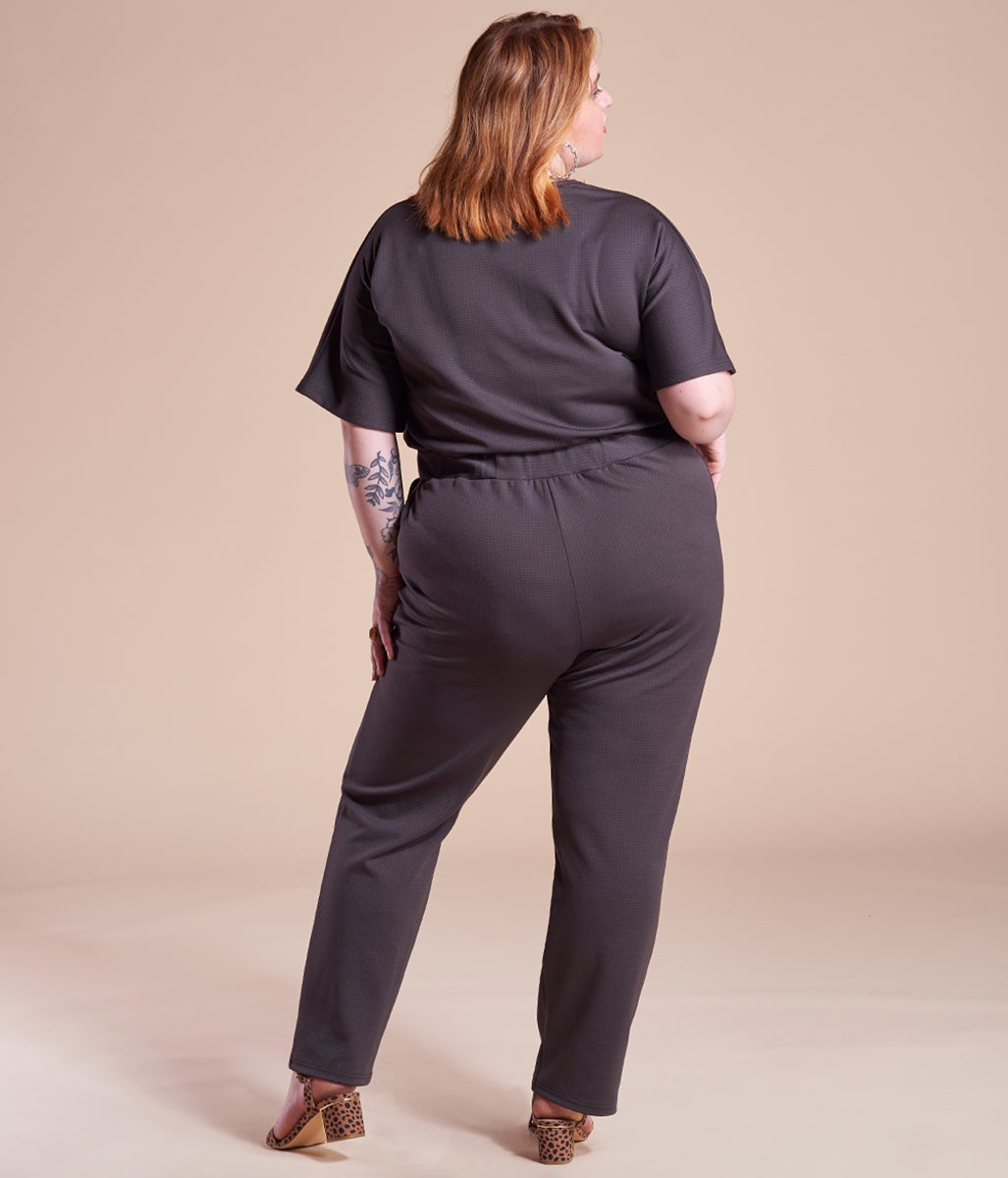 Laden Sie das Bild in den Galerie-Viewer, Favie Curvy Fashion Jumpsuite Wickel-Optik schwarz Plus Size Rückansicht