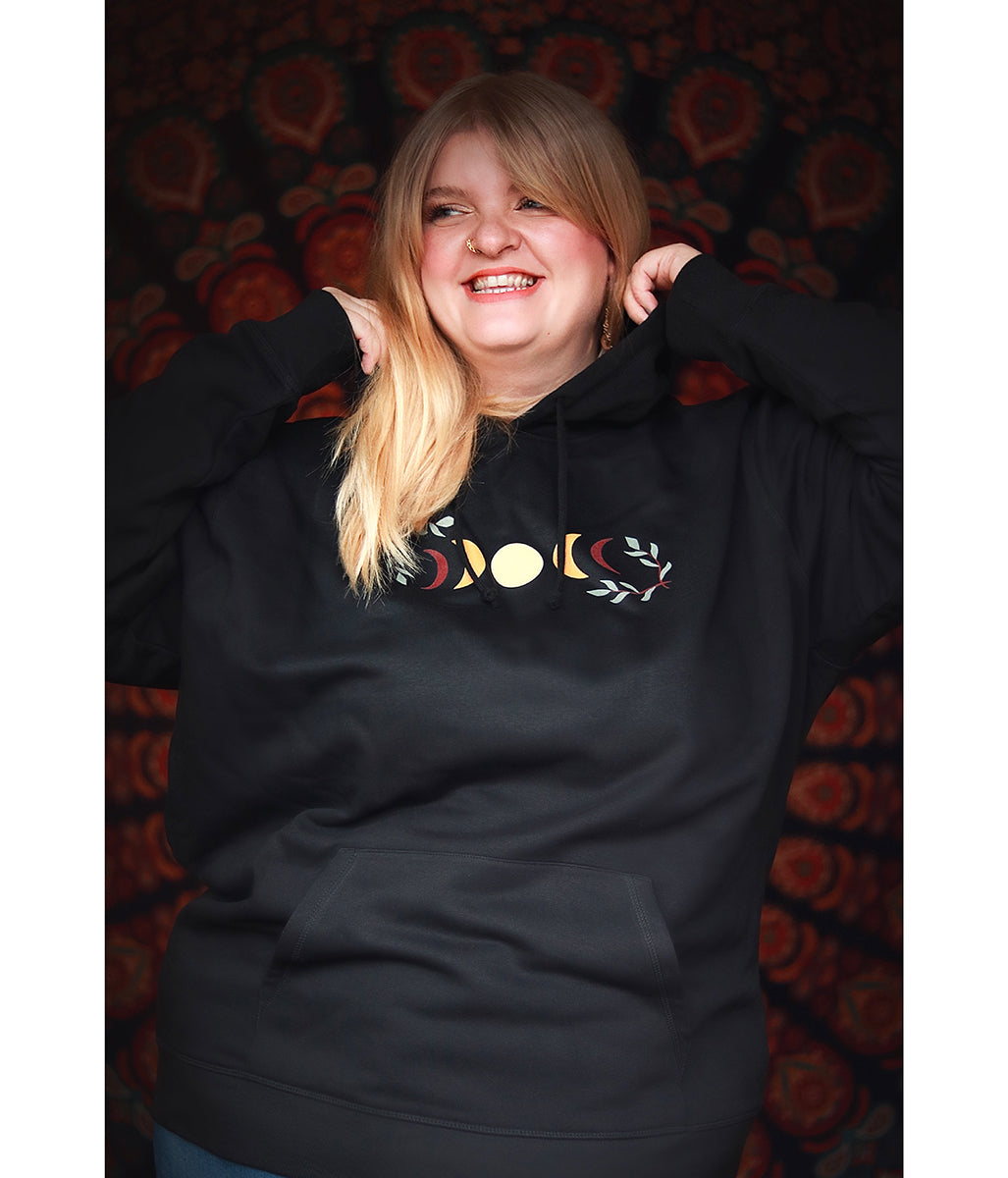 Laden Sie das Bild in den Galerie-Viewer, Favie Curvy Fashion Roxana x FAVIE Mondphasen Hoodie Nah Plus Size Mode Nachhaltig