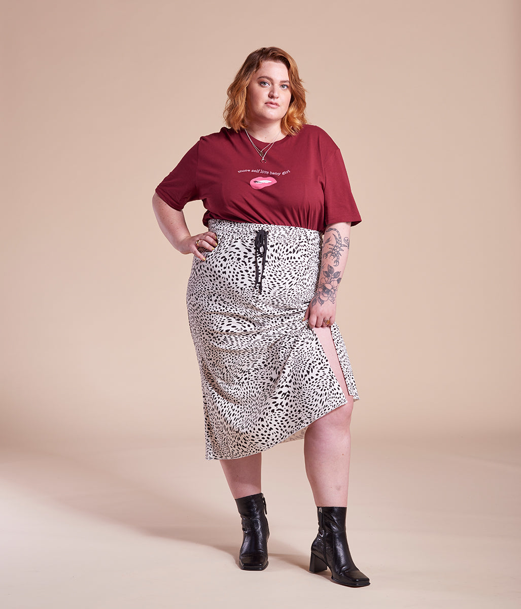 Laden Sie das Bild in den Galerie-Viewer, Favie Curvy Fashion nachhaltiges T-Shirt Statement More Self Love Baby Girl rot Plus Size Vorderansicht