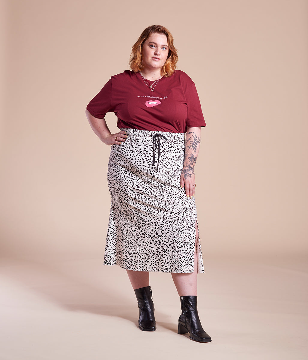 Laden Sie das Bild in den Galerie-Viewer, Favie Curvy Fashion Midi-Rock Gummiband Vorderansicht