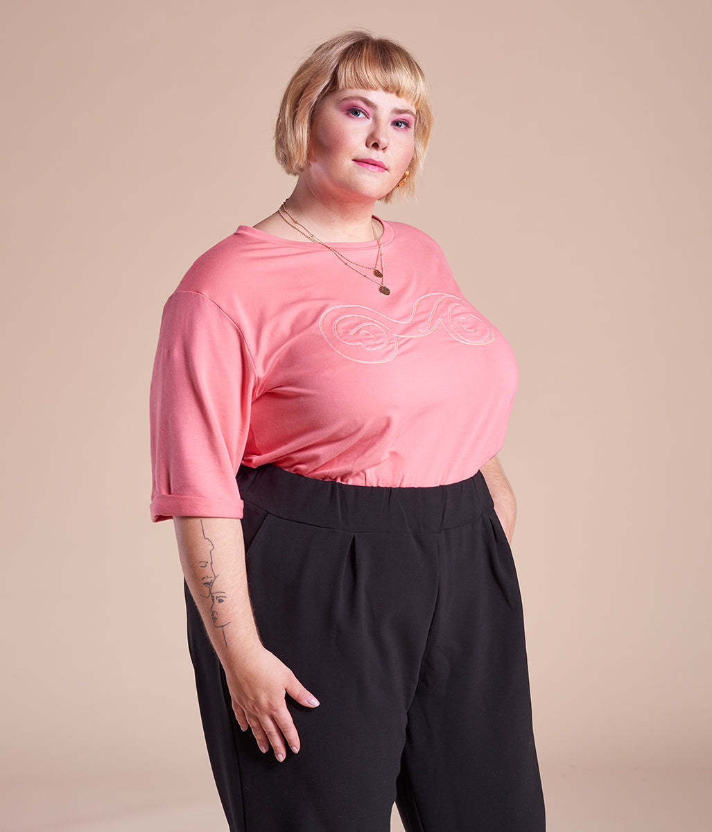 Laden Sie das Bild in den Galerie-Viewer, Favie Curvy Fashion T-Shirt längere Ärmel Boobs rosa Plus Size Vorderansicht