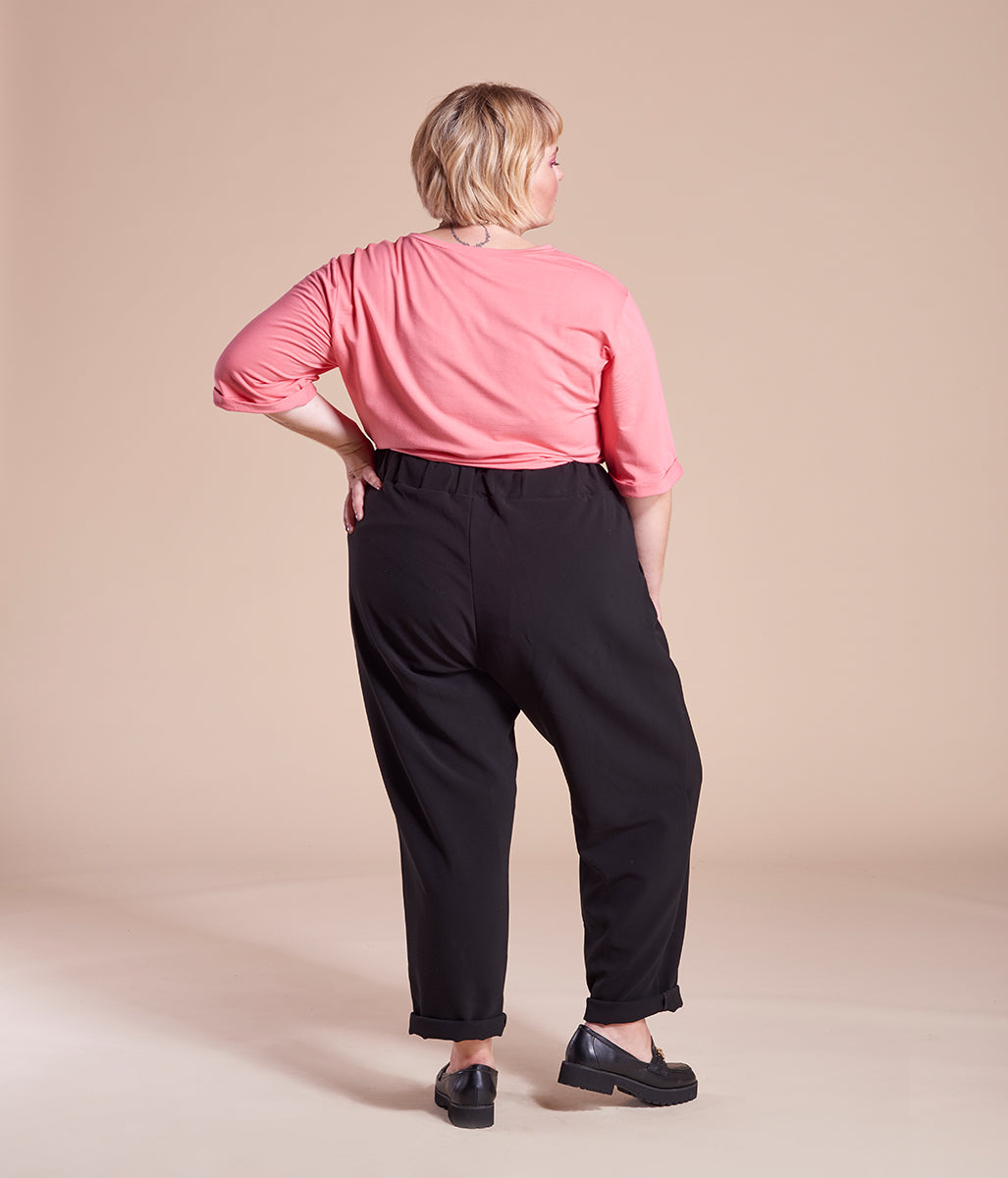 Laden Sie das Bild in den Galerie-Viewer, Favie Curvy Fashion Chino Gummiband schwarz Plus Size Rückansicht