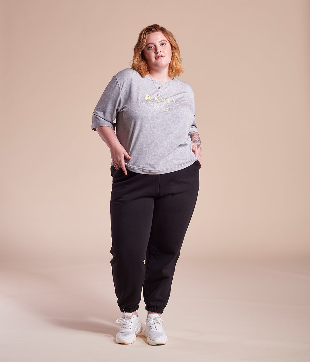 Laden Sie das Bild in den Galerie-Viewer, Favie Curvy Fashion T-Shirt längere Ärmel Favie Girls Club grau Plus Size Vorderansicht