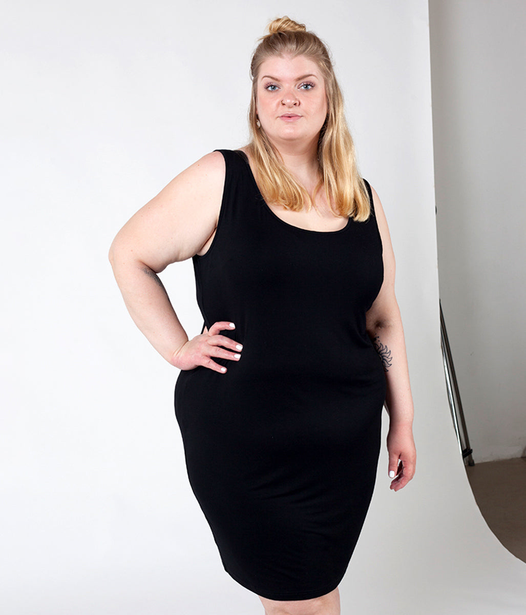 Laden Sie das Bild in den Galerie-Viewer, Favie Curvy Fashion Astra Signature Tanktop-Kleid schwarz Close Plus Size