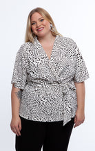 Laden Sie das Bild in den Galerie-Viewer, Favie Curvy Fashion Bluse Wickeloptik Close
