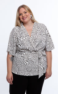 Favie Curvy Fashion Bluse Wickeloptik Close