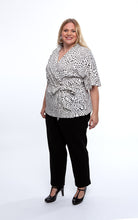 Laden Sie das Bild in den Galerie-Viewer, Favie Curvy Fashion Bluse Wickeloptik Seite