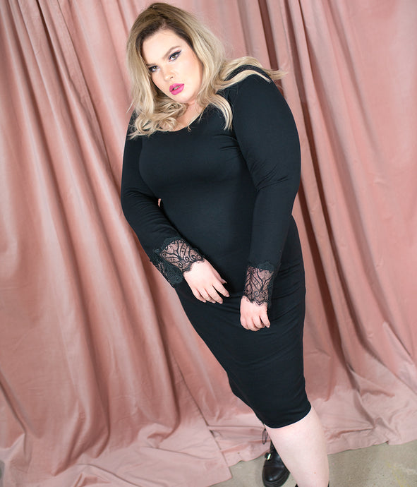 Favie Curvy Fashion Loudbodies Kleid Spitzenärmel Vorderansicht