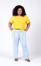 Laden Sie das Bild in den Galerie-Viewer, Favie Curvy Fashion T-Shirt und Highwaist-Jeans