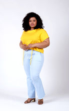 Laden Sie das Bild in den Galerie-Viewer, Favie Curvy Fashion T-Shirt und Highwaist-Jeans Seite
