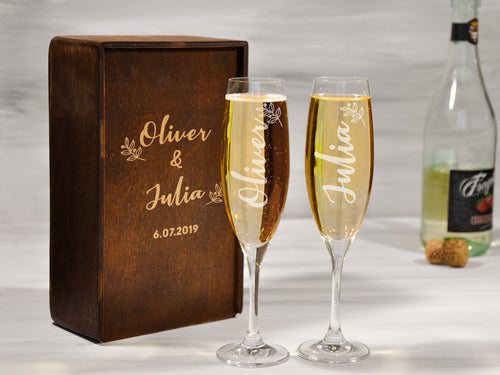 Personalized Wedding Glasses Mr and Mrs Custom Champagne Flutes Groom Bride Champagne Glasses Wedding Flutes Anniversary Toasting Glasses