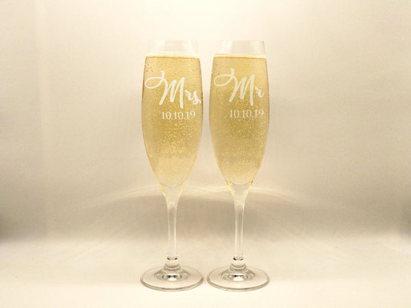 Personalized Mr and Mrs Wedding Flutes Champagne Toasting Glasses Couple Gift Champagne Flutes Engagement Gift Groom Bride Champagne Glasses