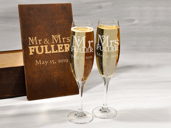 Personalized Mr and Mrs Toasting Flutes Wedding Champagne Glasses Couple Gift Champagne Flutes Engagement Gift Groom Bride Toasting Glasses