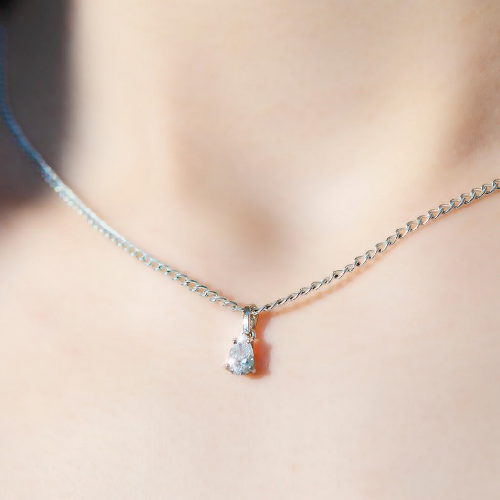 Pure Diamonds essential gold necklace with a 0.4 carat Pearshape diamond