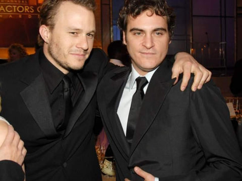 Image of both Heath Ledger (Left) and Joaquin Phoenix (Right) standing together at an award show.