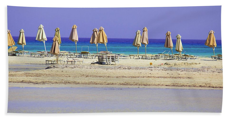 Beach, Sea And Umbrellas - Bath Towel